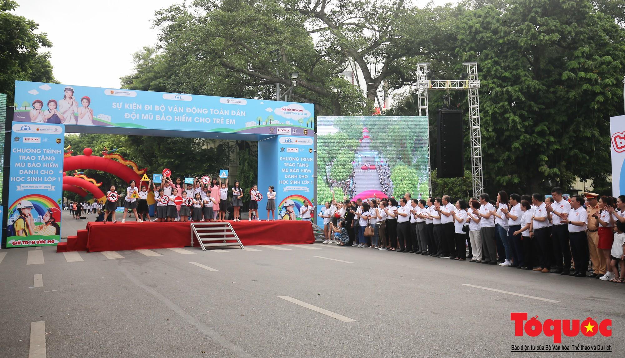 """Gần 4000 em nhỏ cùng gia đình đi bộ vận động toàn dân""""Đội mũ bảo hiểm cho trẻ em"""" (1)"""