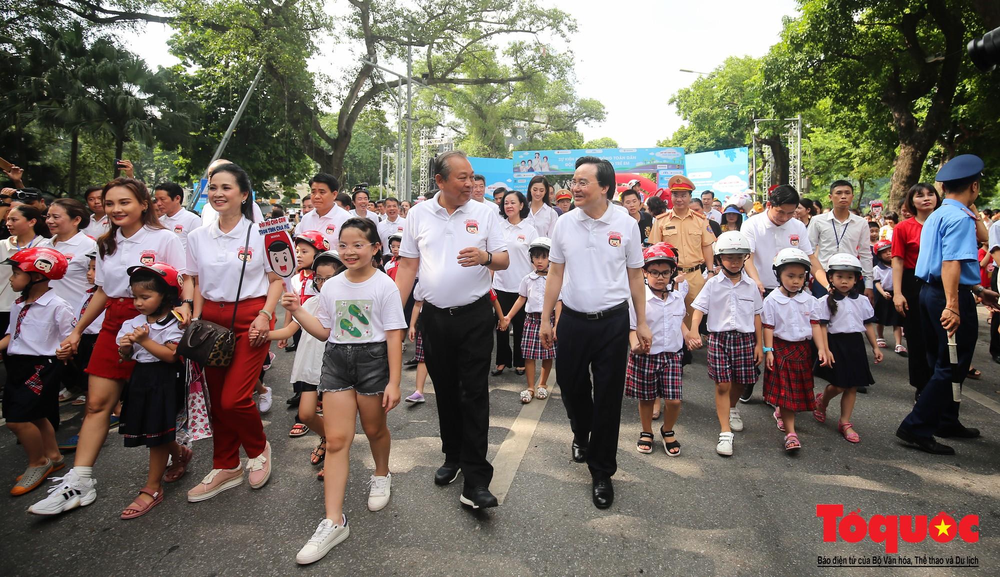 """Gần 4000 em nhỏ cùng gia đình đi bộ vận động toàn dân""""Đội mũ bảo hiểm cho trẻ em"""" (10)"""