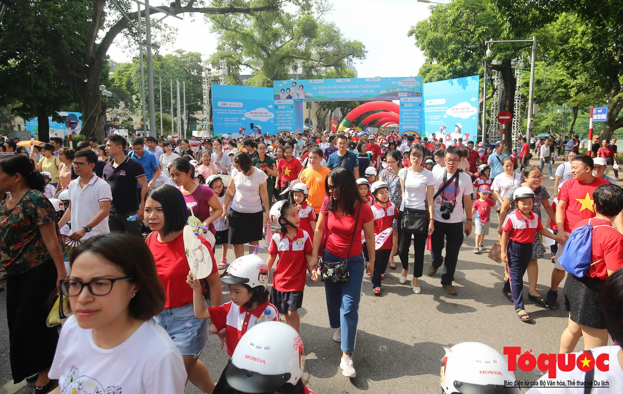 """Gần 4000 em nhỏ cùng gia đình đi bộ vận động toàn dân""""Đội mũ bảo hiểm cho trẻ em"""" (11)"""