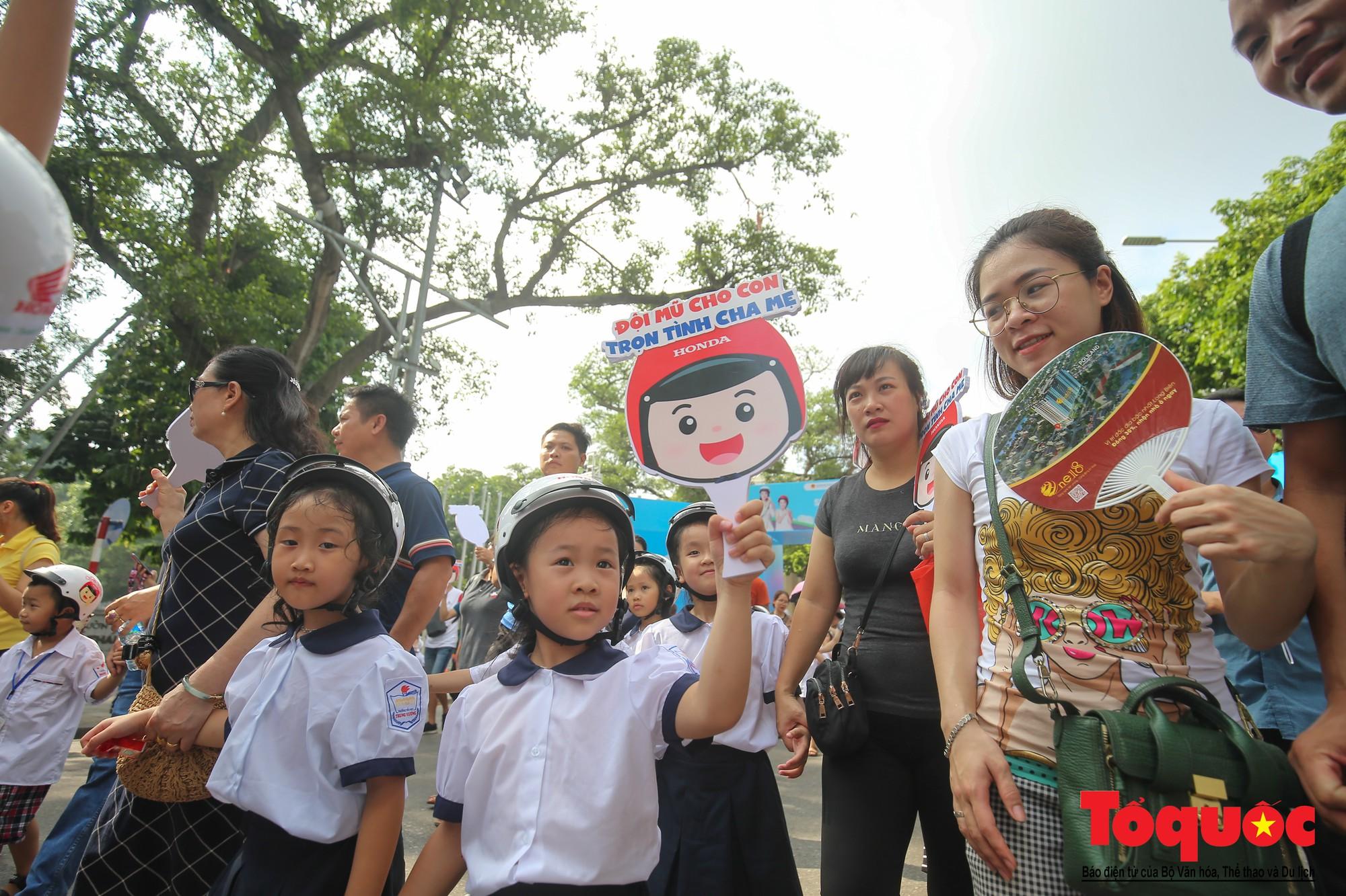 """Gần 4000 em nhỏ cùng gia đình đi bộ vận động toàn dân""""Đội mũ bảo hiểm cho trẻ em"""" (12)"""