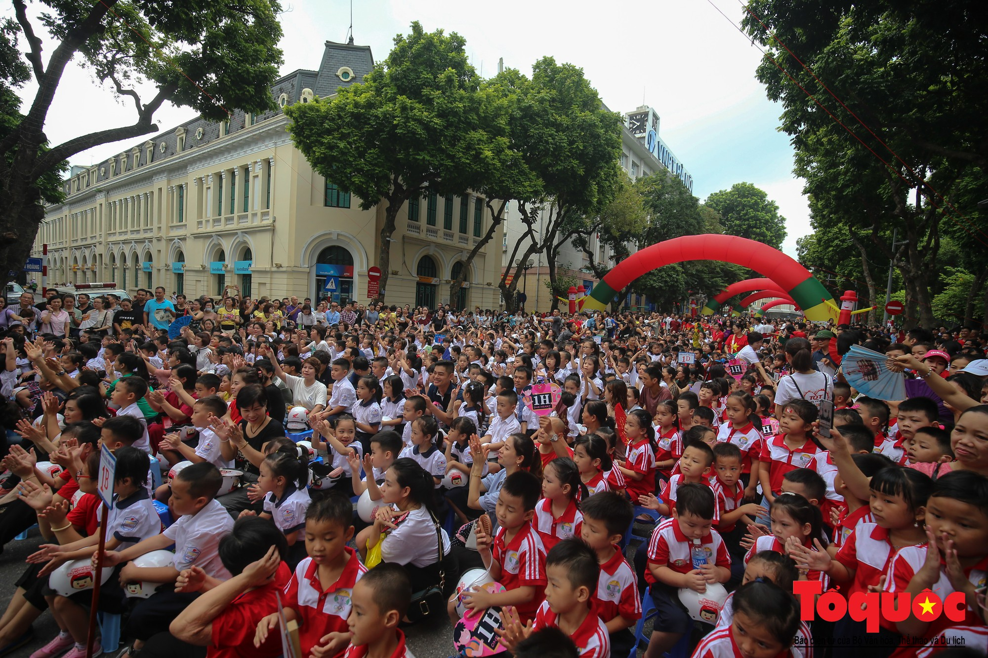 """Gần 4000 em nhỏ cùng gia đình đi bộ vận động toàn dân""""Đội mũ bảo hiểm cho trẻ em"""" (2)"""