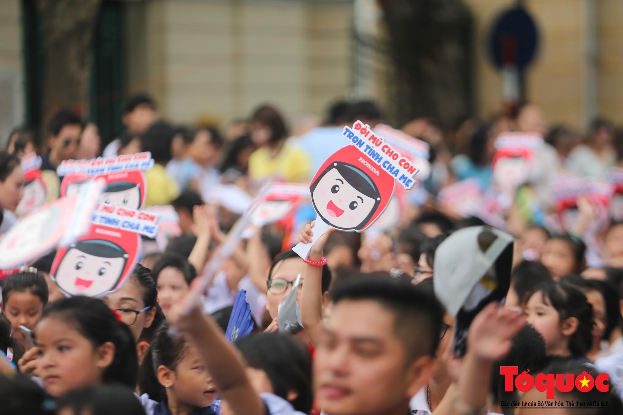 """Gần 4000 em nhỏ cùng gia đình đi bộ vận động toàn dân""""Đội mũ bảo hiểm cho trẻ em"""" (3)"""