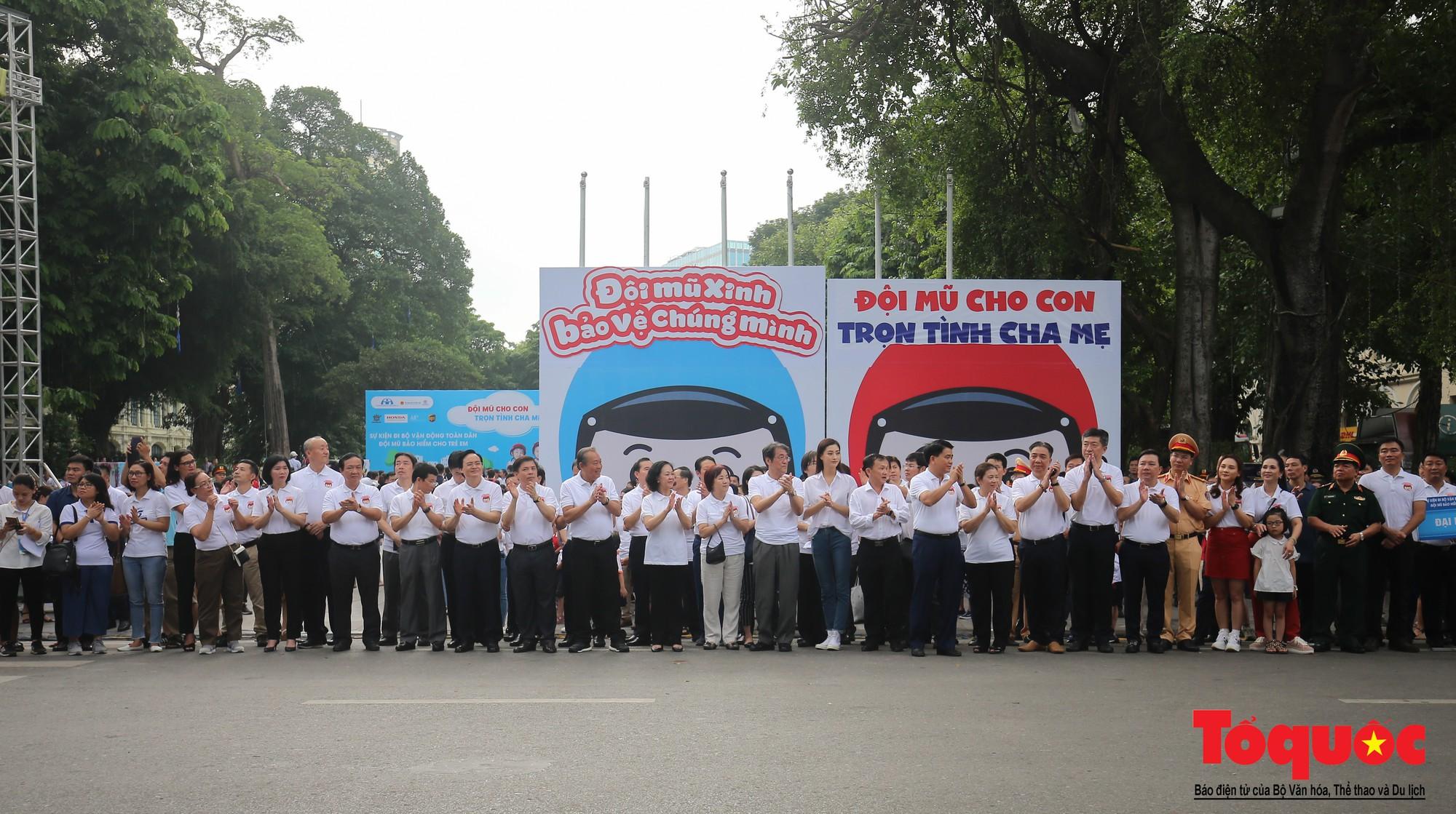 """Gần 4000 em nhỏ cùng gia đình đi bộ vận động toàn dân""""Đội mũ bảo hiểm cho trẻ em"""" (4)"""