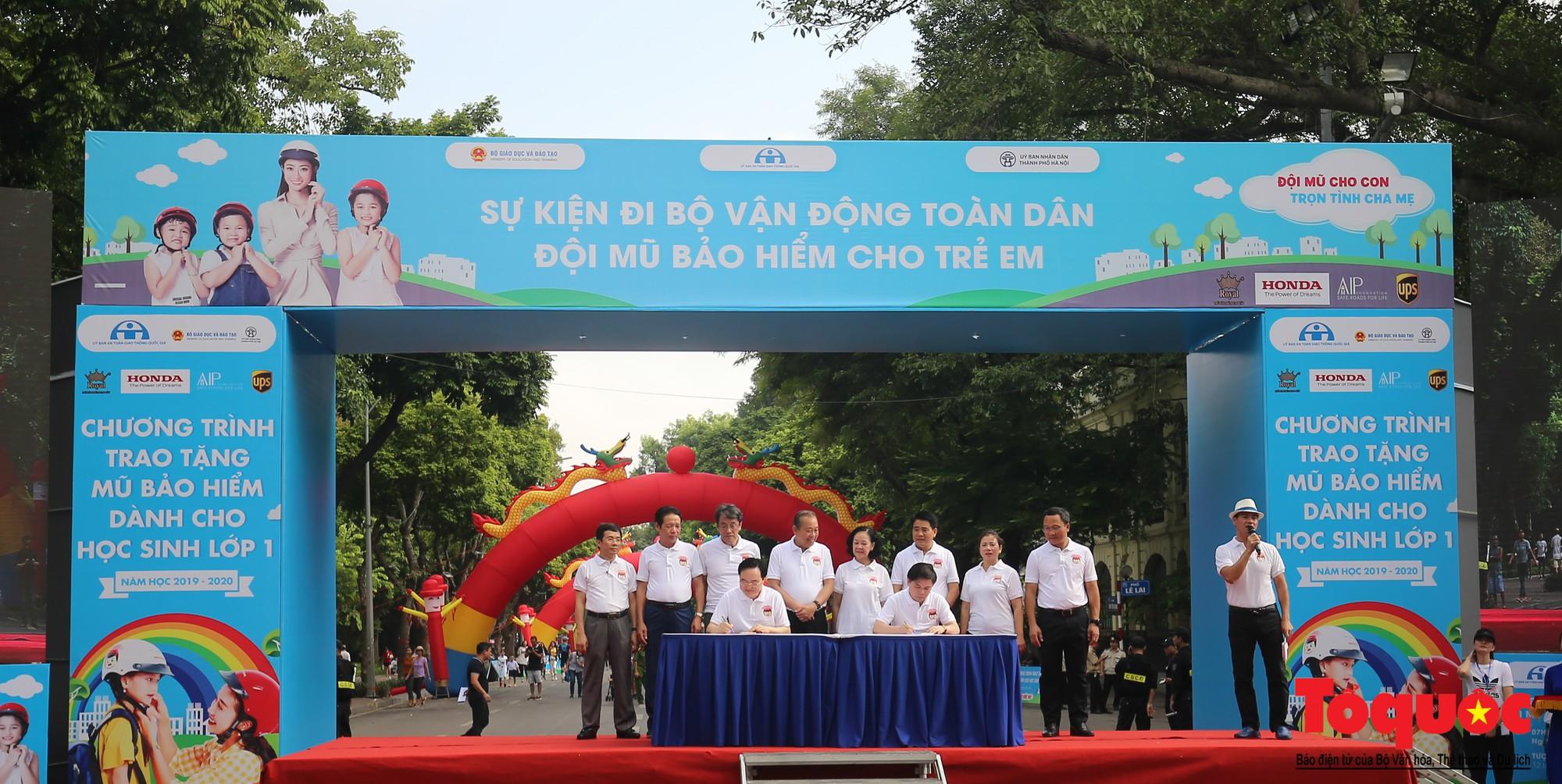 """Gần 4000 em nhỏ cùng gia đình đi bộ vận động toàn dân""""Đội mũ bảo hiểm cho trẻ em"""" (5)"""