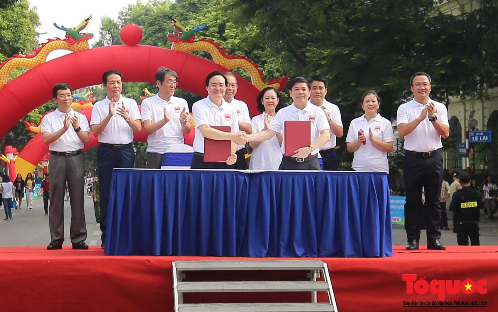 """Gần 4000 em nhỏ cùng gia đình đi bộ vận động toàn dân""""Đội mũ bảo hiểm cho trẻ em"""" (6)"""