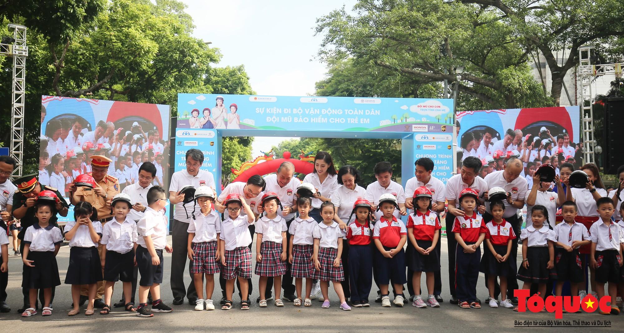 """Gần 4000 em nhỏ cùng gia đình đi bộ vận động toàn dân""""Đội mũ bảo hiểm cho trẻ em"""" (8)"""