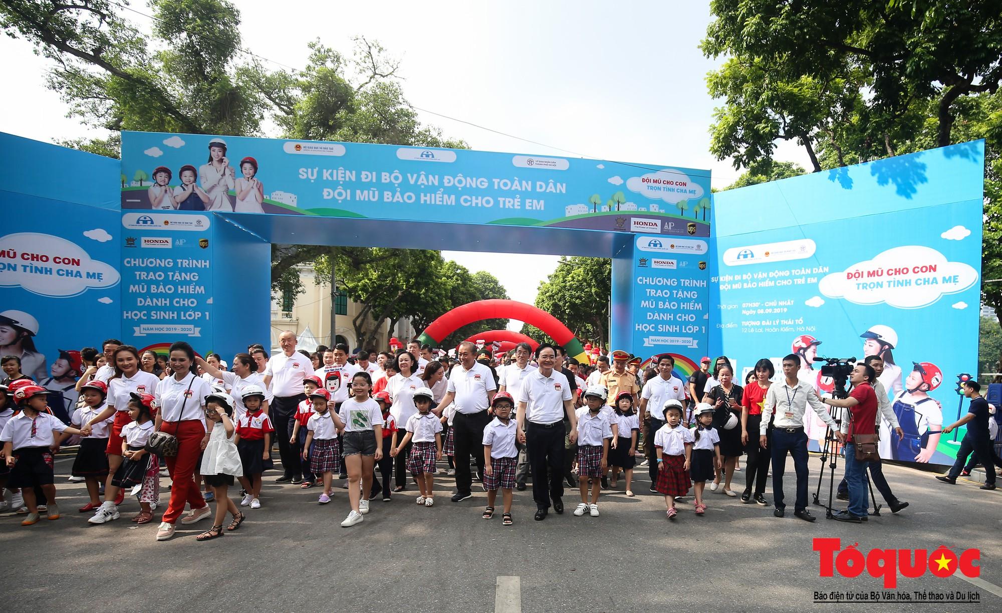 """Gần 4000 em nhỏ cùng gia đình đi bộ vận động toàn dân""""Đội mũ bảo hiểm cho trẻ em"""" (9)"""