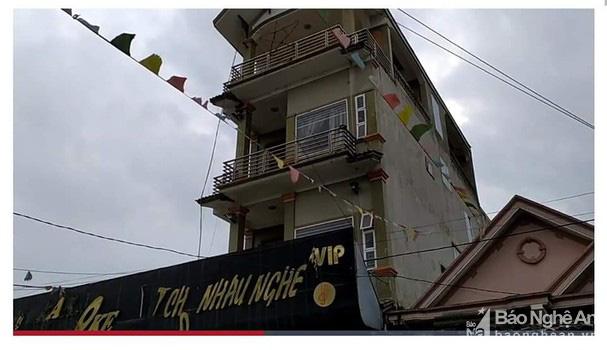 Nghệ An: Công an vây ráp bắt hơn 100 người đang tham gia đánh bạc trong quán Karaoke - Ảnh 1.