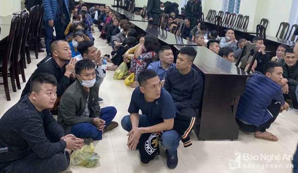 Nghệ An: Công an vây ráp bắt hơn 100 người đang tham gia đánh bạc trong quán Karaoke - Ảnh 2.
