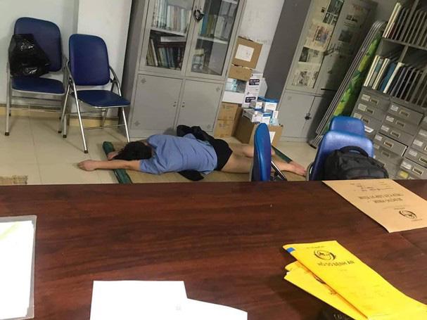 Nghệ An: Xác minh hình ảnh bác sĩ trực ôm nữ sinh viên ngủ trong bệnh viện - Ảnh 1.