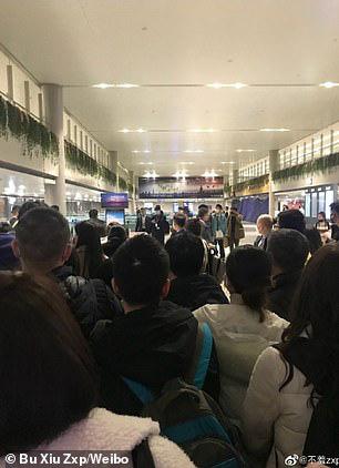 Hỗn loạn virus corona: Bố mẹ Trung Quốc bỏ lại con bị sốt tại sân bay một mình - Ảnh 1.