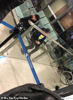 Hỗn loạn virus corona: Bố mẹ Trung Quốc bỏ lại con bị sốt tại sân bay một mình - Ảnh 2.