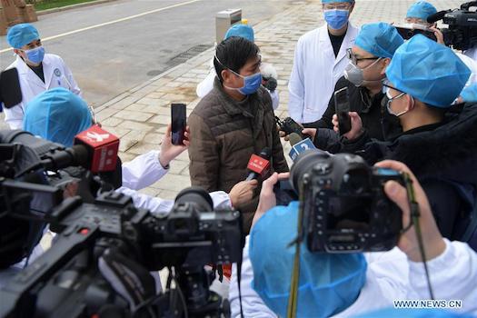 Bệnh nhân trả lời phỏng vấn tại Bệnh viện Đại học Nam Xương. Ảnh: news.cn