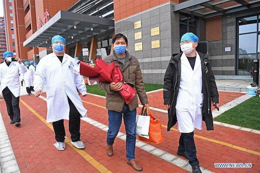 Đây là sự kiện đánh dấu bệnh nhân đầu tiên nhiễm virus corona được chữa khỏi trong tỉnh. Ảnh: news.cn