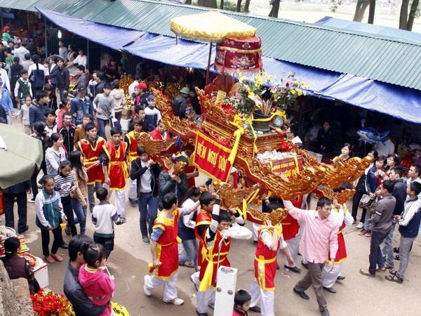 Lễ hội Tản Viên Sơn Thánh lần đầu tiên phục dựng nghi lễ rước kiệu liên vùng sau nhiều năm gián đoạn - Ảnh 1.