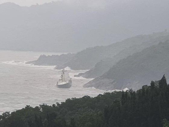 Phát hiện tàu lạ trôi dạt vào vùng biển Thừa Thiên Huế - Ảnh 1.