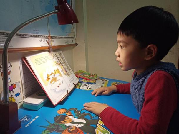 Hướng dẫn, hỗ trợ con trẻ đọc sách - Hoạt động cần được đẩy mạnh trong các gia đình - Ảnh 1.