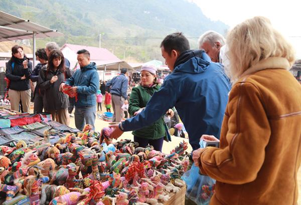 Phấn đấu lượng khách đến Lào Cai trong năm 2020 đạt 5,5 triệu lượt - Ảnh 1.