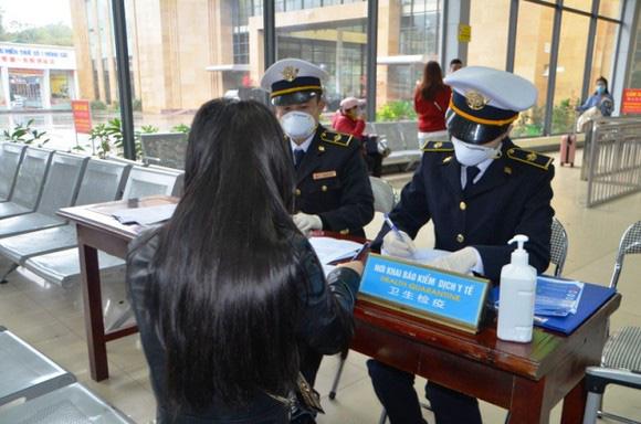 Bắt buộc phải khai báo y tế khi nhập cảnh từ Hàn Quốc vào Việt Nam, Hà Nội kiểm soát thân nhiệt khách quốc tế tại khu vui chơi, du lịch - Ảnh 1.