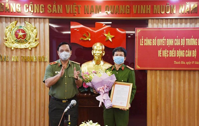 Đại tá Nguyễn Quang Huy (phải) nhận quyết định bổ nhiệm. Ảnh: Pháp luật online