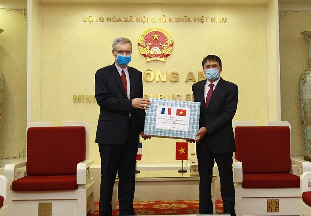 Bộ Công an tặng Bộ Nội vu Pháp vật tư y tế chống dịch Covid-19 - Ảnh 1.