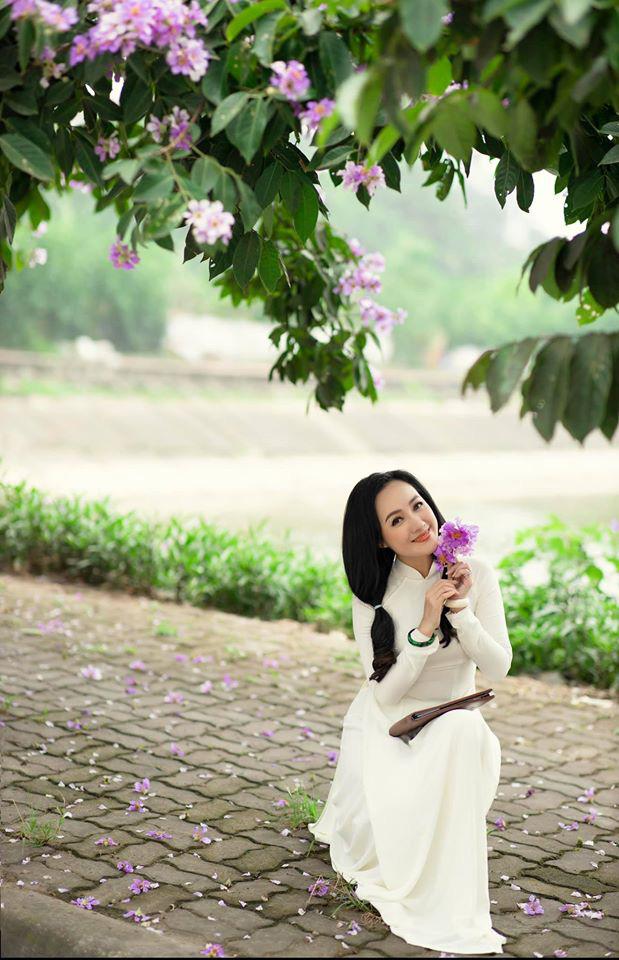 BTV Hoài Anh hóa nữ sinh, diện áo dài bên bằng lăng tím - Ảnh 1.