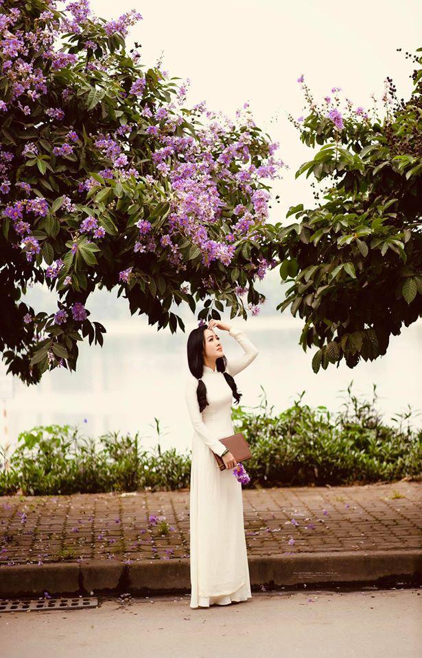BTV Hoài Anh hóa nữ sinh, diện áo dài bên bằng lăng tím - Ảnh 4.