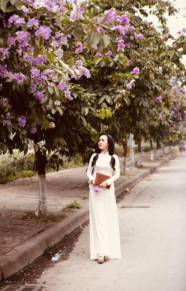 BTV Hoài Anh hóa nữ sinh, diện áo dài bên bằng lăng tím - Ảnh 5.