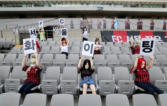 CLB Hàn Quốc bị phạt nặng vì mang búp bê tình dục ra làm khán giả - Ảnh 1.