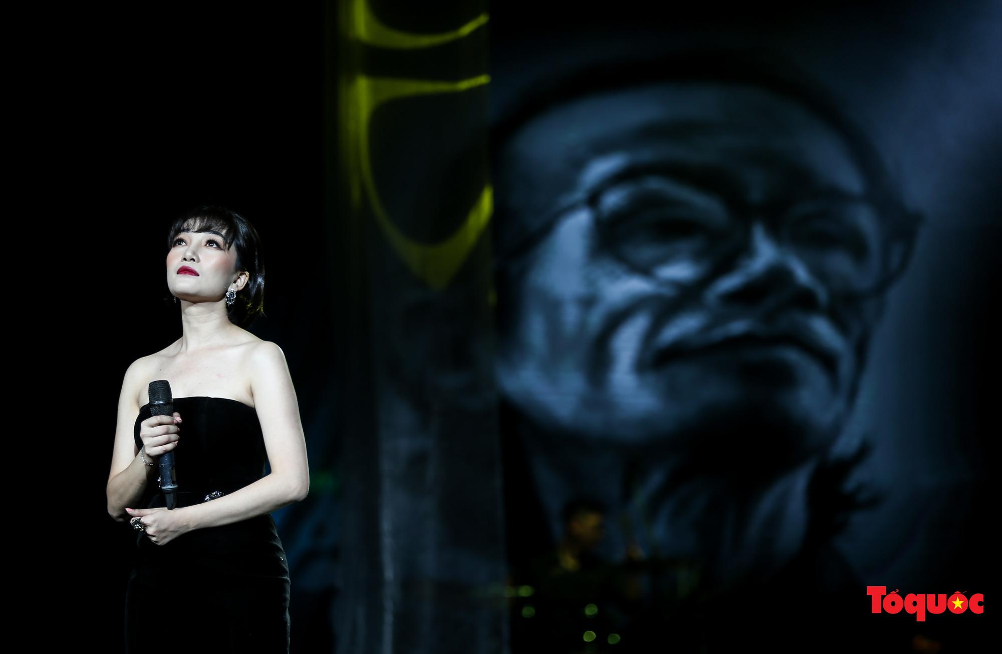 Nhiều cung bậc cảm xúc trong đêm nhạc 'Biển nhớ' tưởng nhớ cố nhạc sĩ Trịnh Công Sơn - Ảnh 12.