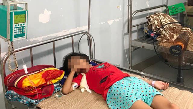 Uống nhầm axit rửa ắc quy, bé gái 11 tuổi nhập viện nguy kịch - Ảnh 1.