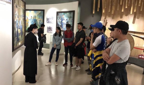 """Tổ chức Kỷ niệm 60 năm Ngày truyền thống Ngành Du lịch Việt Nam và Phát động Cuộc thi """"Check in Cao Bằng"""" - Ảnh 1."""