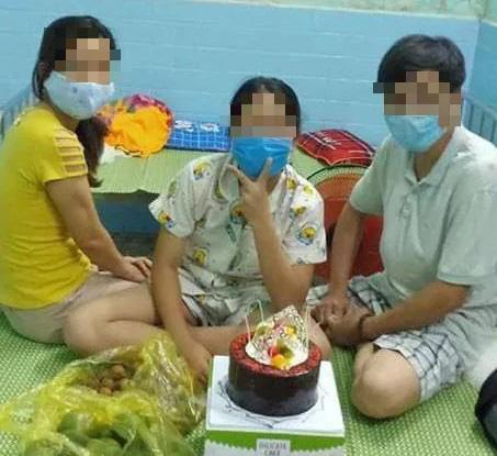 Phó Chủ tịch phường tổ chức sinh nhật trong khu cách ly, chụp ảnh cùng vợ là bệnh nhân Covid-19 - Ảnh 1.