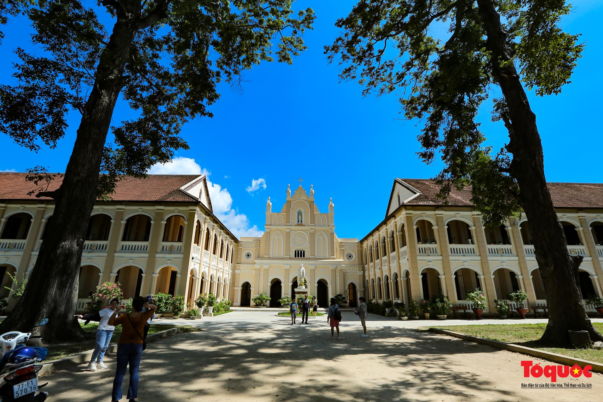 Tiểu Chủng Viện Làng Sông - kiến trúc Gothic tuyệt đẹp giữa đồng quê Việt Nam - Ảnh 11.