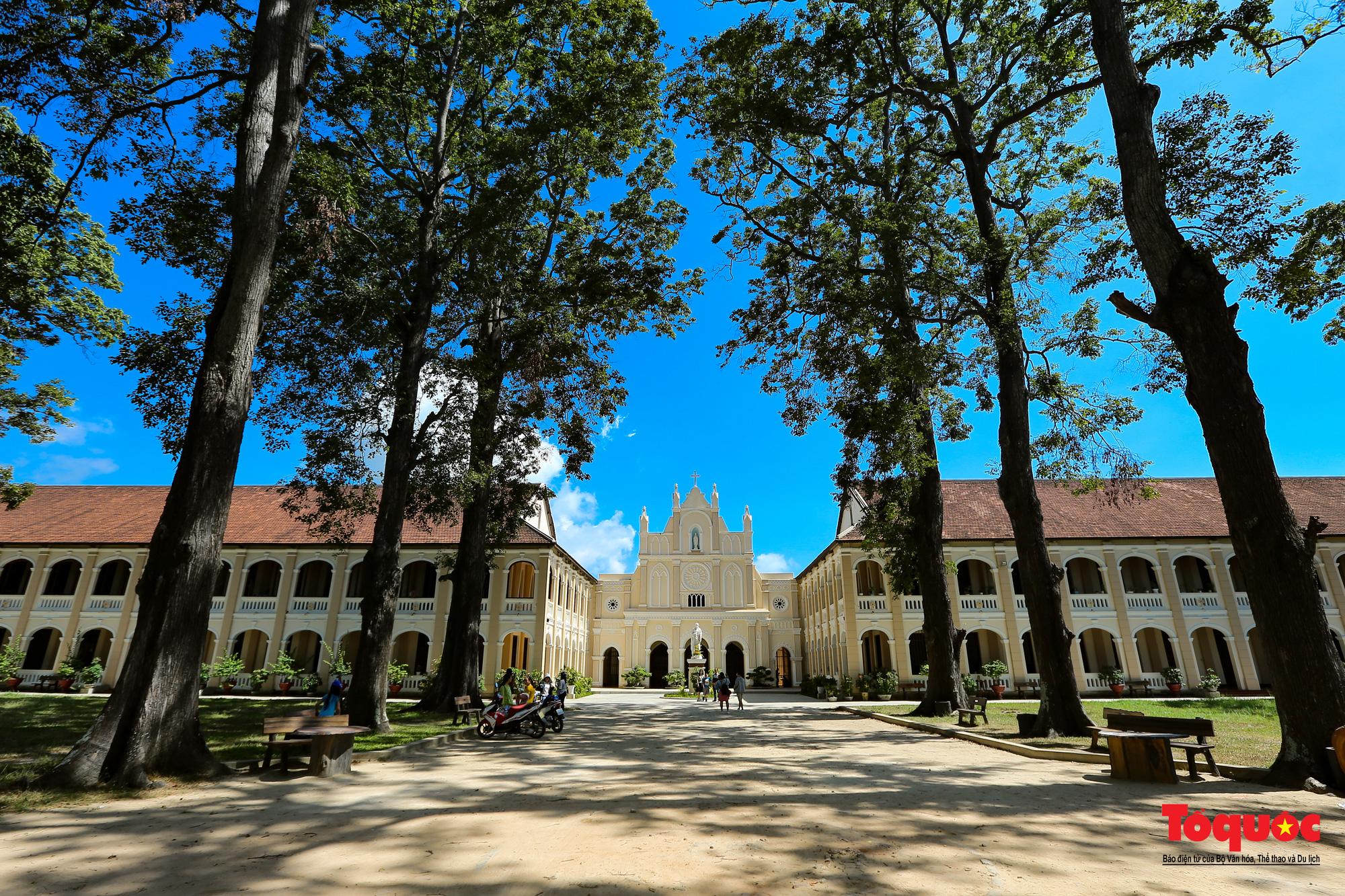 Tiểu Chủng Viện Làng Sông - kiến trúc Gothic tuyệt đẹp giữa đồng quê Việt Nam - Ảnh 4.