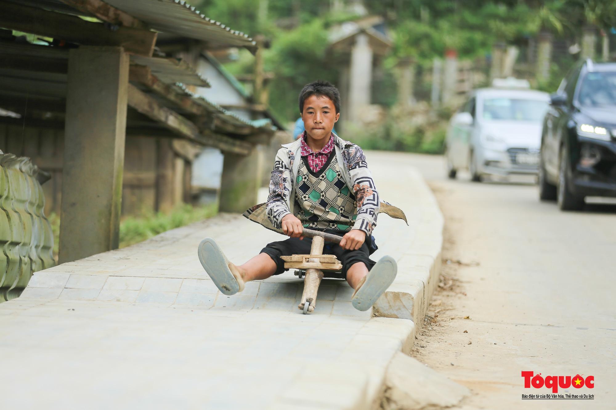 Độc đáo những 'xế' độ bằng gỗ của trẻ em ở vùng cao - Ảnh 5.