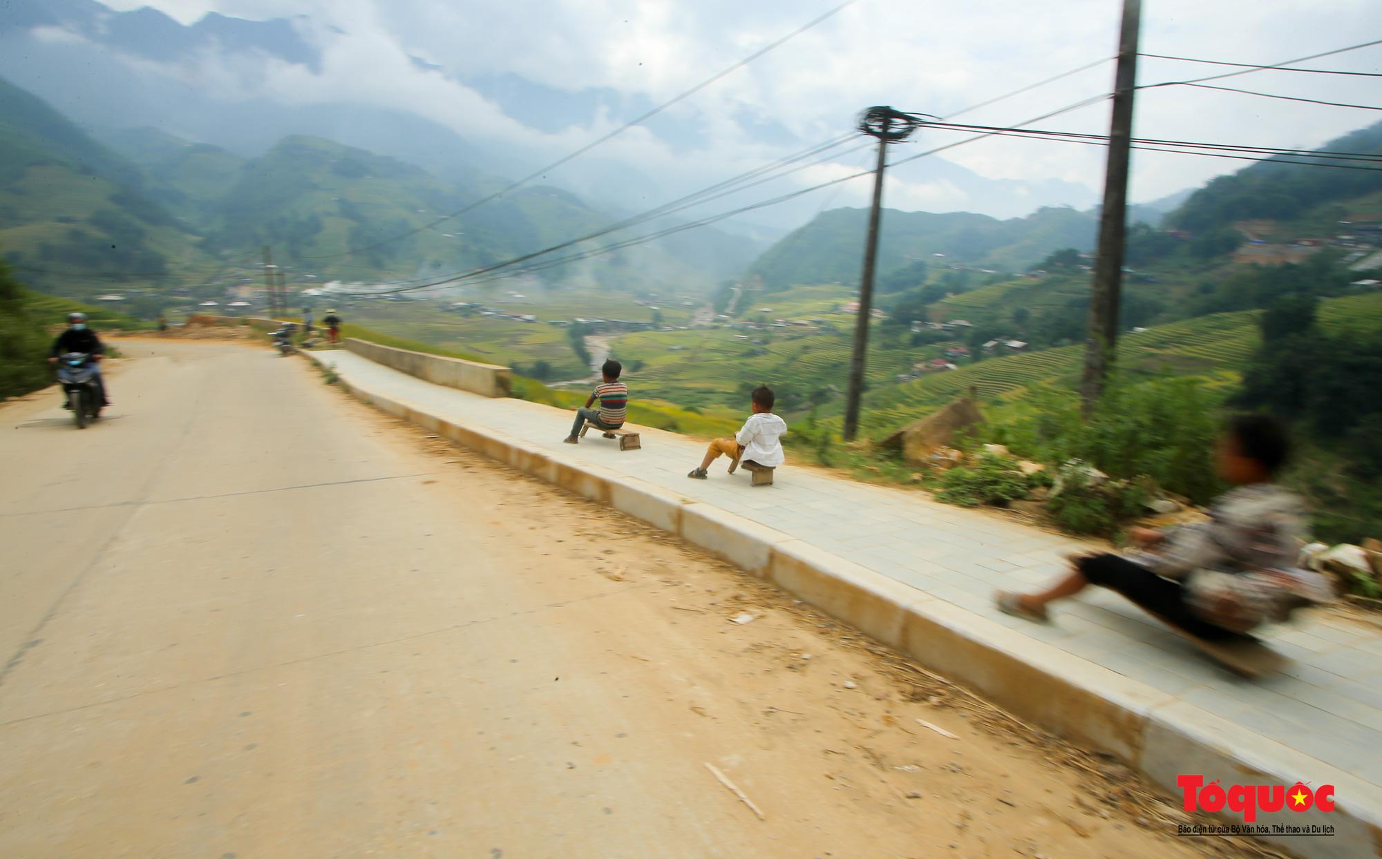 Độc đáo những 'xế' độ bằng gỗ của trẻ em ở vùng cao - Ảnh 1.