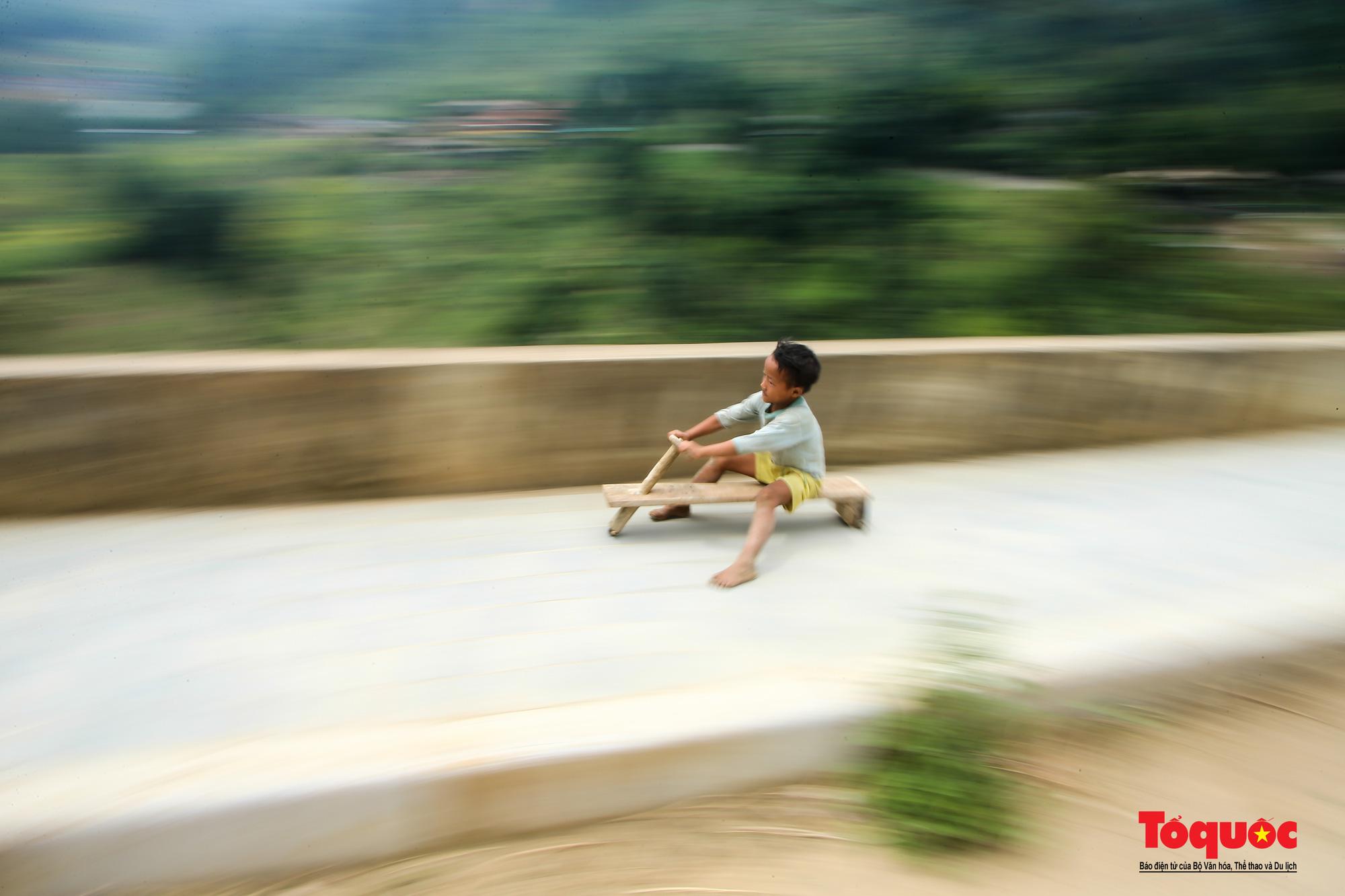 Độc đáo những 'xế' độ bằng gỗ của trẻ em ở vùng cao - Ảnh 9.