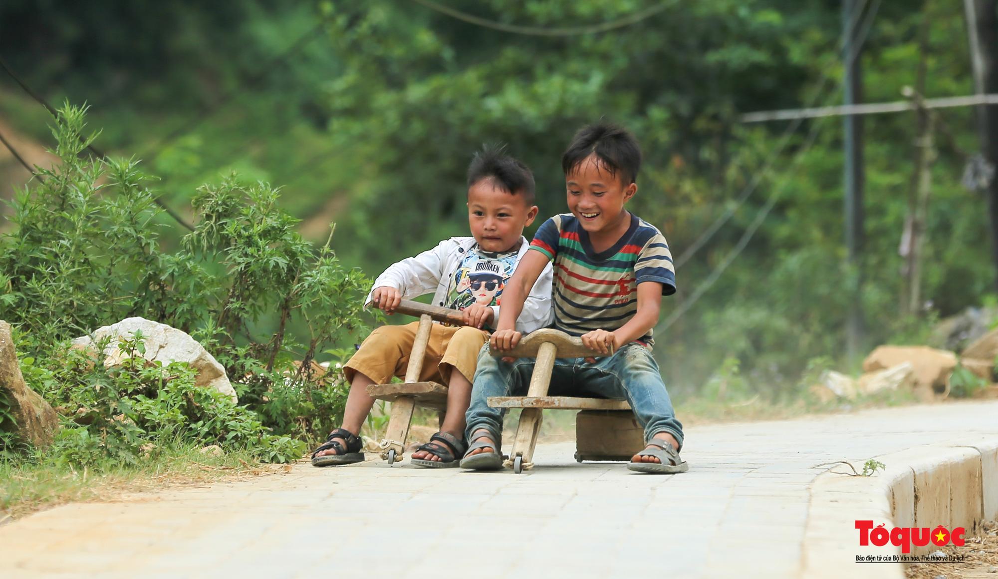 Độc đáo những 'xế' độ bằng gỗ của trẻ em ở vùng cao - Ảnh 15.
