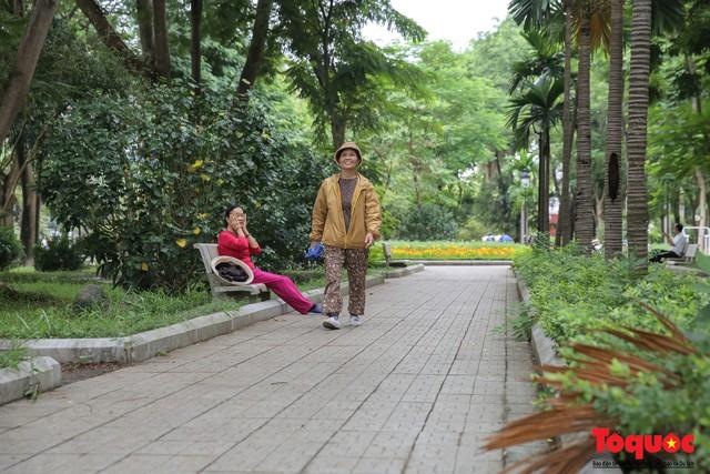 Hà Nội: Xuất hiện nhiều kim tiêm rơi vãi tại vườn hoa Nguyễn Trãi, Hà Đông  - Ảnh 2.
