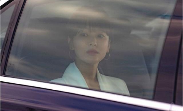 Ngoài kiểu tóc 10 năm không đổi, chiếc túi này của Song Hye Kyo còn khiến dân tình réo tên Hậu Duệ Mặt Trời - Ảnh 3.