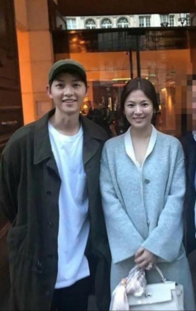 Ngoài kiểu tóc 10 năm không đổi, chiếc túi này của Song Hye Kyo còn khiến dân tình réo tên Hậu Duệ Mặt Trời - Ảnh 8.