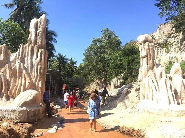 Tháo dỡ công trình xây dựng trái phép ở điểm du lịch Suối Tiên, Bình Thuận - Ảnh 1.