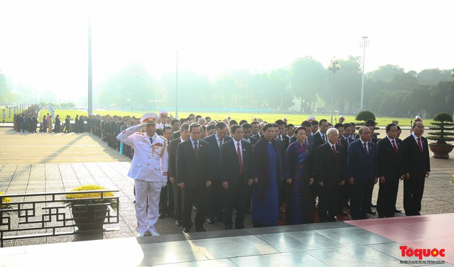 Đoàn đại biểu Quốc hội đặt vòng hoa, vào Lăng viếng Chủ tịch Hồ Chí Minh - Ảnh 8.