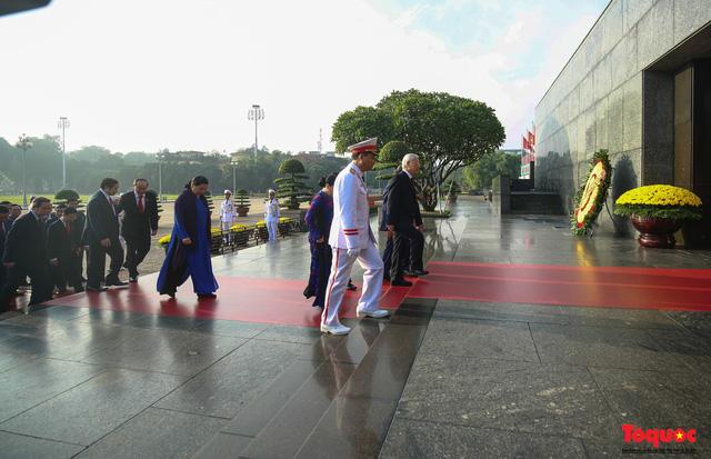 Đoàn đại biểu Quốc hội đặt vòng hoa, vào Lăng viếng Chủ tịch Hồ Chí Minh - Ảnh 9.