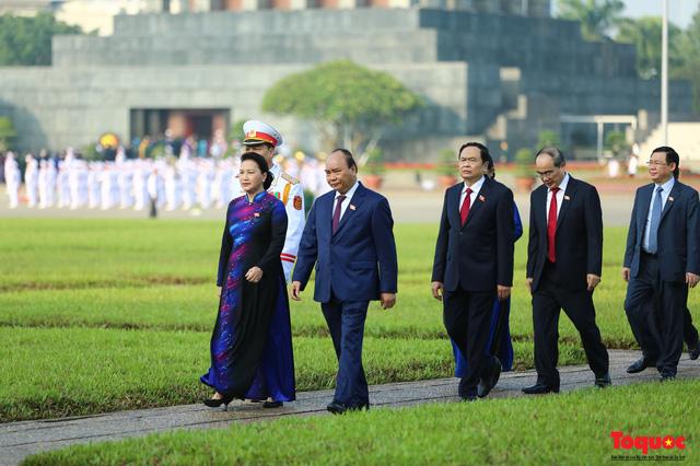 Đoàn đại biểu Quốc hội đặt vòng hoa, vào Lăng viếng Chủ tịch Hồ Chí Minh - Ảnh 11.