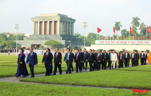 Đoàn đại biểu Quốc hội đặt vòng hoa, vào Lăng viếng Chủ tịch Hồ Chí Minh - Ảnh 12.