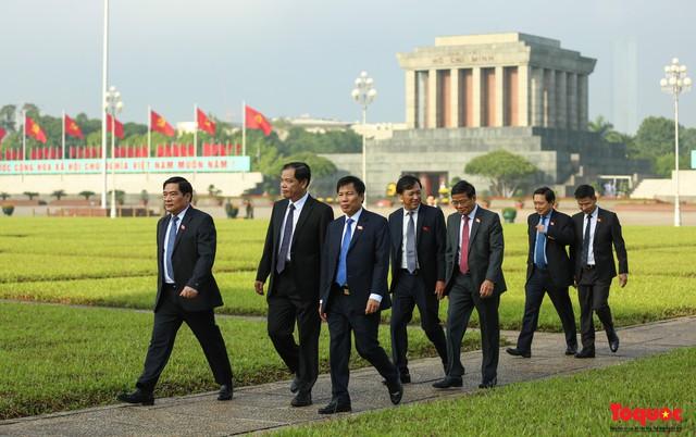 Đoàn đại biểu Quốc hội đặt vòng hoa, vào Lăng viếng Chủ tịch Hồ Chí Minh - Ảnh 14.