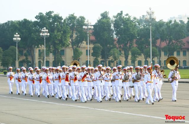 Đoàn đại biểu Quốc hội đặt vòng hoa, vào Lăng viếng Chủ tịch Hồ Chí Minh - Ảnh 2.
