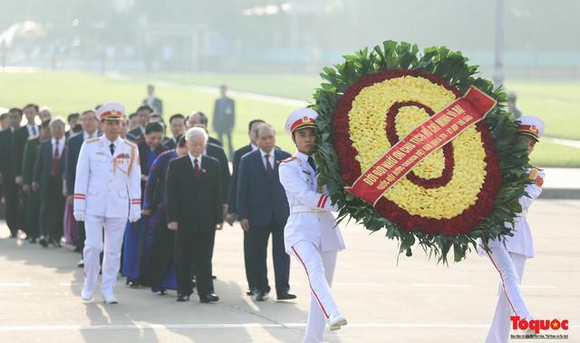 Đoàn đại biểu Quốc hội đặt vòng hoa, vào Lăng viếng Chủ tịch Hồ Chí Minh - Ảnh 4.